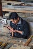 Бутанский ремесленник высекая деревянное vajra, Бутан стоковые изображения