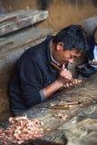 Бутанский человек ремесла высекая vajra, деревянный высекать, Бутан стоковые изображения rf