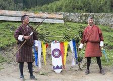 2 бутанских лучника с традиционными бамбуковыми смычками и целью, Бутаном стоковое изображение