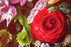 Бутон красной розы в букете Стоковая Фотография RF