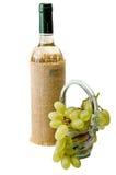 Бутылка вина и зрелых виноградин изолированных на белизне Стоковое Фото