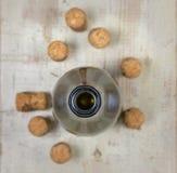 Бутылка вина и пробочки бутылки Стоковые Изображения RF