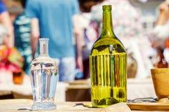 Бутылка вина на таблице на партии под солнечным днем Стоковые Фото