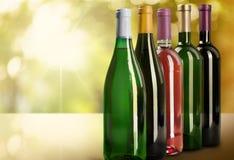 Бутылка вина на таблице Стоковые Изображения RF