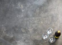 Бутылка вина с стеклами на темной предпосылке Стоковое Изображение RF