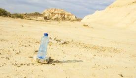 Бутылка воды в пустыне Bardenas Reales стоковое изображение rf
