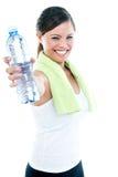 Бутылка воды удерживания молодой женщины стоковое фото