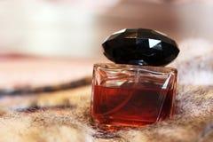 Бутылка духов кабанины на мехе стоковое изображение