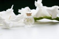 Бутылка дух и цветков Стоковое фото RF