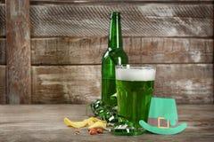 Бутылка и стекло зеленого пива на деревянном столе Торжество дня ` s St. Patrick Стоковые Фотографии RF