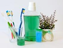 Бутылка и стекло mouthwash на полке ванны с зубной щеткой Зубоврачебная концепция гигиены полости рта Комплект устных продуктов з стоковые изображения