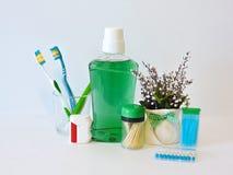 Бутылка и стекло mouthwash на полке ванны с зубной щеткой Зубоврачебная концепция гигиены полости рта Комплект устных продуктов з стоковое изображение rf