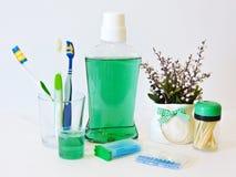 Бутылка и стекло mouthwash на полке ванны с зубной щеткой Зубоврачебная концепция гигиены полости рта Комплект устных продуктов з стоковая фотография rf