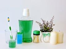 Бутылка и стекло mouthwash на полке ванны с зубной щеткой Зубоврачебная концепция гигиены полости рта Комплект устных продуктов з стоковое фото rf