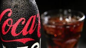 Бутылка кока-колы нул с падениями воды и стекла с кубами льда акции видеоматериалы