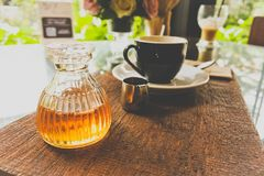 Бутылка меда с комплектом кофе после подачи к клиенту стоковое фото rf