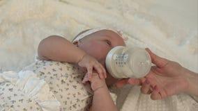 бутылка младенца выпивая меньшее молоко Стоковое Фото