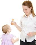 бутылка младенца дает женщину Стоковое Изображение RF
