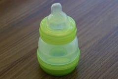 Бутылка младенца молоко бутылки младенца мое портфолио, котор нужно приветствовать Вода в бутылке младенца стоковое фото rf