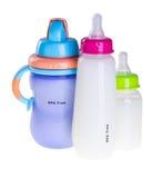 Бутылка младенца с молоком и младенец мочат чашку Стоковая Фотография RF