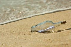 бутылка нашла сообщение ближайше для того чтобы подпирать Стоковое Изображение RF