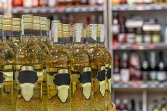 Бутылка на таблице перед запачканной предпосылкой Стоковое фото RF