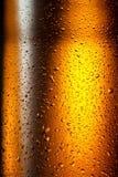 бутылка пива падает вода текстуры Стоковые Фотографии RF