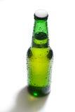 бутылка пива падает зеленая вода Стоковое Изображение