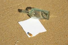 бутылка пляжа нашла текст примечания для писания Стоковые Фотографии RF