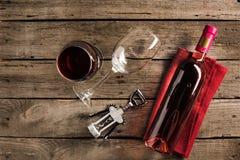 Бутылка розового вина и рюмок Стоковое фото RF