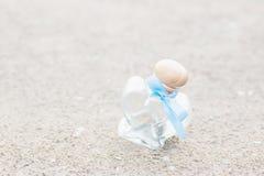 Бутылка сердца форменная стеклянная на песке Свадьба украшения Стоковые Фото