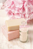 Бутылка соли моря и 2 бара handmade мыла Подача Hortensia Стоковые Изображения