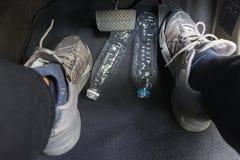Бутылка с водой прикрепленная к тормозу стоковое изображение rf