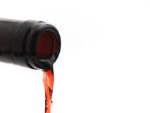 бутылка с лить красное вино стоковые изображения