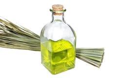 Бутылка с маслом ароматности и пуком целебных трав Стоковые Изображения