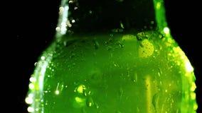 Бутылка холодного безалкогольного напитка Конденсатные падения на стекле стоковые фотографии rf