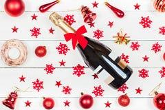 Бутылка шампанского лежит на таблице Стоковые Изображения