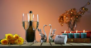 Бутылка шампанского с 2 стеклами женщины романтичного захода солнца людей вечера солнца костюм кольца человека захвата Предложени видеоматериал