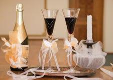 Бутылка шампанского с стеклами и свечкой стоковые фотографии rf