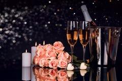 Бутылка Шампань с 2 бокалами, шоколадами и букетами роз стоковое изображение rf