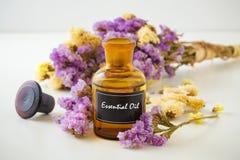 Бутылка эфирного масла с цветками Стоковые Изображения RF