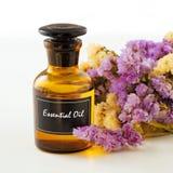 Бутылка эфирного масла с цветком Стоковое Изображение