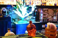 Бутылка tequilla черепа в баре стоковые изображения