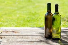 Бутылки белого вина на деревянном столе Стоковые Фото