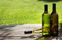 Бутылки белого вина на деревянном столе Стоковое фото RF