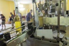 Бутылки белого вина обозначенные в винодельне Стоковое Изображение RF