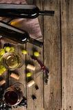 2 бутылки вина и рюмок Стоковые Фотографии RF