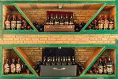 Бутылки вина на полках Интерьер в ресторане Стоковое Изображение RF