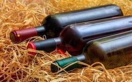Бутылки вина на предпосылке соломы Стоковое Изображение RF