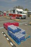 Бутылки воды перед тележкой Красного Креста Стоковое Изображение